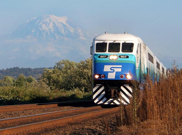 Sounder는 Rainier 산을 배경으로 운행합니다.